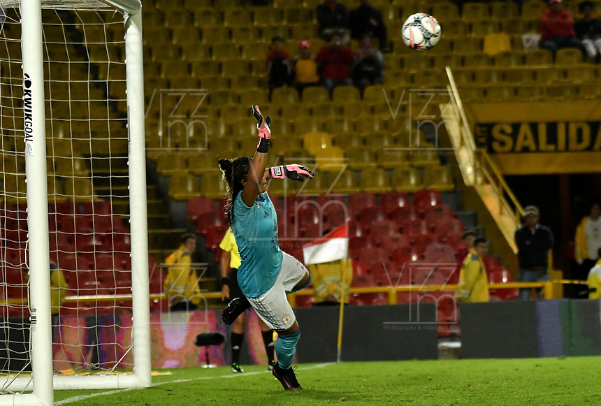 BOGOTA - COLOMBIA - 27 - 05 - 2017: Franyely Rodriguez, portera de America, no puede detener el disparo de Leicy Santos (fuera de Cuadro) jugadora de Independiente Santa Fe, durante partido de vuelta por los cuartos de final entre Independiente Santa Fe y America de Cali, por la Liga Femenina Aguila 2017, en el estadio Nemesio Camacho El Campin de la ciudad de Bogota. / Franyely Rodriguez, goalkeeper of America, can´t stop the shot by Leicy Santos (out of picture) player of Independiente Santa Fe, during a match of the second round of the quarters of finals for the Liga Femenina Aguila 2017, between Independiente Santa Fe and America de Cali, at the Nemesio Camacho El Campin Stadium in Bogota city, Photo: VizzorImage / Luis Ramirez / Staff.