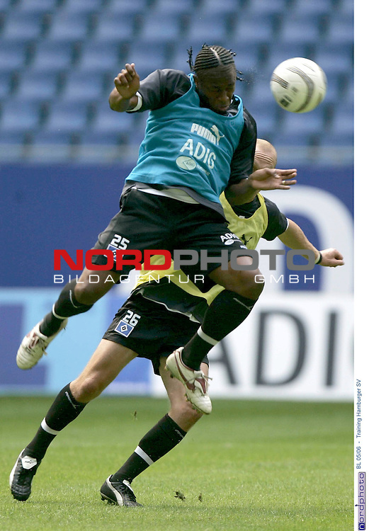 BL 2005/2006 <br /> <br /> Training Hamburger SV<br /> <br /> Emile Mpenza kaempft sprungvoll mit Volker Schmidt um den Ball.<br /> <br /> Foto &copy; nordphoto / Anja Heinemann<br /> <br /> <br /> <br /> <br /> <br /> <br /> <br />  *** Local Caption *** Foto ist honorarpflichtig! zzgl. gesetzl. MwSt.<br /> <br /> Belegexemplar erforderlich<br /> <br /> Adresse: nordphoto<br /> <br /> Georg-Reinke-Strasse 1<br /> <br /> 49377 Vechta