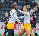 AMSTELVEEN -  Lidewij Welten (DenBosch)  heeft gescoord en viert het met Lieke Hulsen (DenBosch)  tijdens de hoofdklasse hockeywedstrijd dames,  Amsterdam-Den Bosch.   COPYRIGHT KOEN SUYK