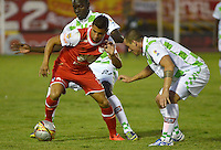 TUNJA -COLOMBIA, 30-01-2016. Andres Correa (Der) jugador de Boyacá Chicó disputa el balón con Juan D Roa (Izq) jugador de Independiente Santa Fe durante partido por la fecha 1 Liga Águila I 2016 realizado en el estadio La Independencia en Tunja. / Andres Correa (R) player of Boyaca Chico fights for the ball with Juan D Roa (L) player of Independiente Santa Fe during match for the date 1 of Aguila League I 2016 played at La Independencia stadium in Tunja. Photo: VizzorImage/César Melgarejo/Cont