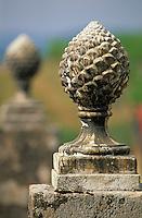 Europe/France/Aquitaine/33/Gironde/Sauternais/Sauternes: Le chateau d'Yquem - Détail d'un des portails du vignoble en forme de pomme de pin [Non destiné à un usage publicitaire - Not intended for an advertising use]