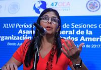 """MEX147. CANCÚN (MÉXICO), 20/06/2017.- La canciller de Venezuela, Delcy Rodríguez, habla hoy, martes 20 de junio de 2017, durante una rueda de prensa paralela a la primera plenaria de la 47 Asamblea General de la Organización de Estados Americanos (OEA), en Cancún, en el estado de Quintana Roo (México). Rodríguez denunció hoy que el secretario general de la OEA, Luis Almagro, incita a una """"guerra civil"""" por sus críticos comentarios, y anunció que esta es la última participación de la nación caribeña en una Asamblea General. EFE/Mario Guzmán"""