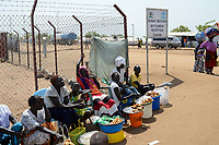 UGANDA, Arua, Yumbe, south sudanese refugees in Bidi Bidi refugee settlement , market / suedsudanesische Fluechtlinge im Fluechtlingslager Bidi Bidi, Fluechtlinge verkaufen Krapfen auf dem kleinen Markt im Camp