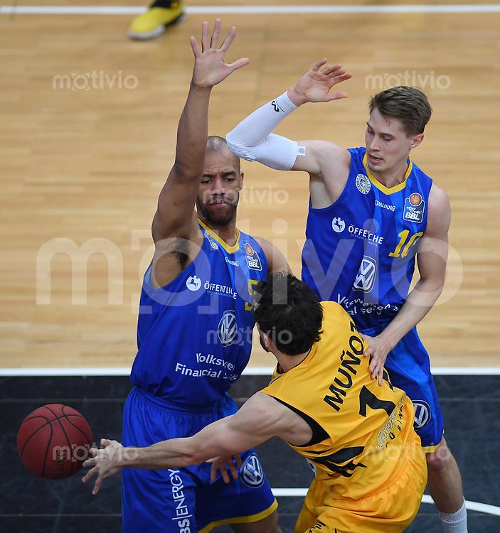 Basketball  1. Bundesliga  2016/2017  Hauptrunde  33. Spieltag  29.04.2017 Walter Tigers Tuebingen - Basketball Loewen Braunschweig Alvaro Munoz (Mitte, Tigers) gege Jamal Boykin (li, Braunschweig) und Thomas Klepeiz (re, Braunschweig)