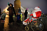 RUSSLAND, Moskau, 12.2010. ©  Sergey Kozmin/EST&OST.Weihnachten mit Vaeterchen Frost. Altersgemaess unterwegs im Rollstuhl auf dem Roten Platz. | Christmas with Father Frost. His age made him choose a wheelchair to see the Red Square.