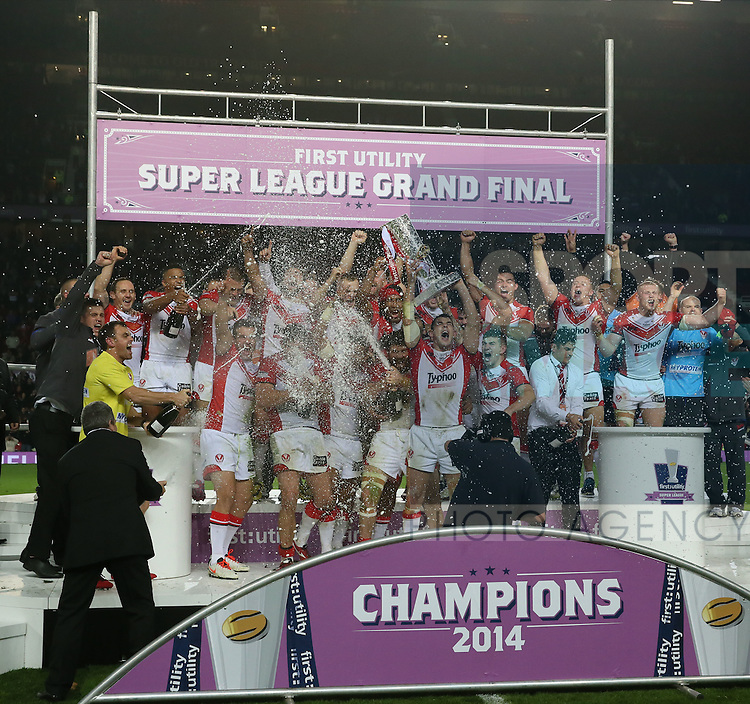 St helens celebrate- First Utility Super League Grand Final - St Helens v Wigan Warriors - Old Trafford Stadium - Manchester - England - 11th October 2014 - Pic Paul Currie/Sportimage