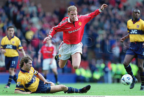 TONY ADAMS slides in to tackle Nicky Butt, Manchester United 0 v ARSENAL 0, FA Cup Semi Final, Villa Park, 990411. Photo: Neil Tingle/Action Plus...1999.Soccer.football.tackle tackles tackling tackled.premiership premier league.club clubs