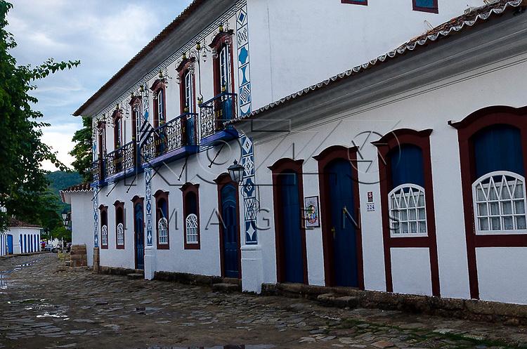 Casario no centro histórico com fachada com símbolos maçônicos, Paraty- RJ, 12/2013.