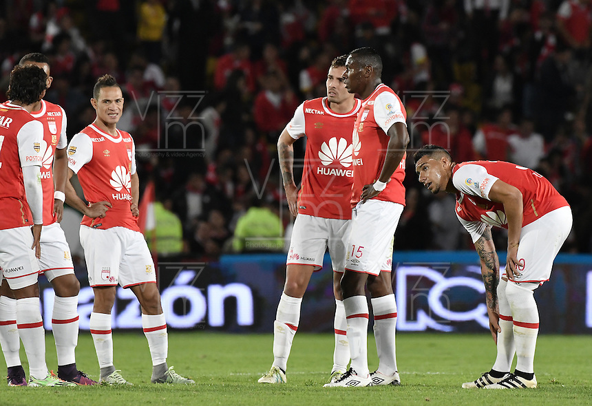 BOGOTÁ -COLOMBIA, 07-12-2016: Jugadores de Santa Fe al termino del primer tiempo del encuentro de ida entre Independiente Santa Fe y Atlético Nacional por la semifinal de la Liga Aguila II 2016 jugado en el estadio Nemesio Camacho El Campin de la ciudad de Bogota.  / Players of Santa Fe at the end of the first time of the first leg match between Independiente Santa Fe and Independiente Medellin for the semifinal of the Liga Aguila II 2016 played at the Nemesio Camacho El Campin Stadium in Bogota city. Photo: VizzorImage/ Gabriel Aponte / Staff