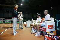 18-9-07, Rotterdam, Daviscup NL-Portugal, training, Captain Jan Siemerink in overleg met Peter Wessels(L) en Raemon Sluiter, assistent coach Rohan Goetske kijkt mee