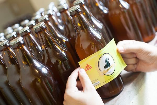 Nova Lima_MG, 08 de fevereiro de 2011.<br />  <br /> Cerveja Artesanal<br /> <br /> Humberto Ribeiro Mendes Neto, Bateirista, Biologo e Mestre Cervejeiro. Ele produz a propria cerveja em sua casa, e ja envia, alem de bares e revendedores da capital, para outras cidades do pais. A Companhia Cervejaria Jambreiro esta indo para o 3o ano de producao e ja ganhou diversos premios e materias em grandes veiculos de comunicaco.<br /> <br /> Contato:<br /> Humberto<br /> 31 - 8417 8735<br /> <br /> Foto: NIDIN SANCHES / NITRO