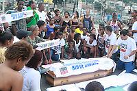 RIO DE JANEIRO, RJ, 29.03.2016 - PROTESTO-RJ - Familiares e amigos realizaram um protesto durante o sepultamento do menino Ryan Gabriel, de 4 anos, no Cemitério de Irajá, nesta terça-feira, 29. Ele foi morto por uma bala perdida durante confronto entre traficantes dos morros da Serrinha e de Madureira, no bairro de Irajá, na zona norte do Rio de Janeiro. (Foto: Celso Barbosa/Brazil Photo Press)