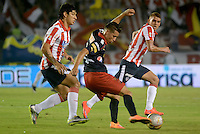 BARRANQUIILLA -COLOMBIA-21-05-2015: Roberto Ovelar (Izq) del Atlético Junior disputa el balón con Jhon Edison Hernandez (Der) jugador de Independiente Medellin durante partido de ida por los cuartos de final de la Liga Águila I 2015 jugado en el estadio Metropolitano Roberto Meléndez de la ciudad de Barranquilla./ Roberto Ovelar (L) player of Atletico Junior vies for the ball with  Jhon Edison Hernandez  (R) player of Independiente Medellin during the first leg match for the final quarters of the Aguila League I 2015 played at Metropolitano Roberto Melendez stadium in Barranquilla city.  Photo: VizzorImage/Alfonso Cervantes/Cont