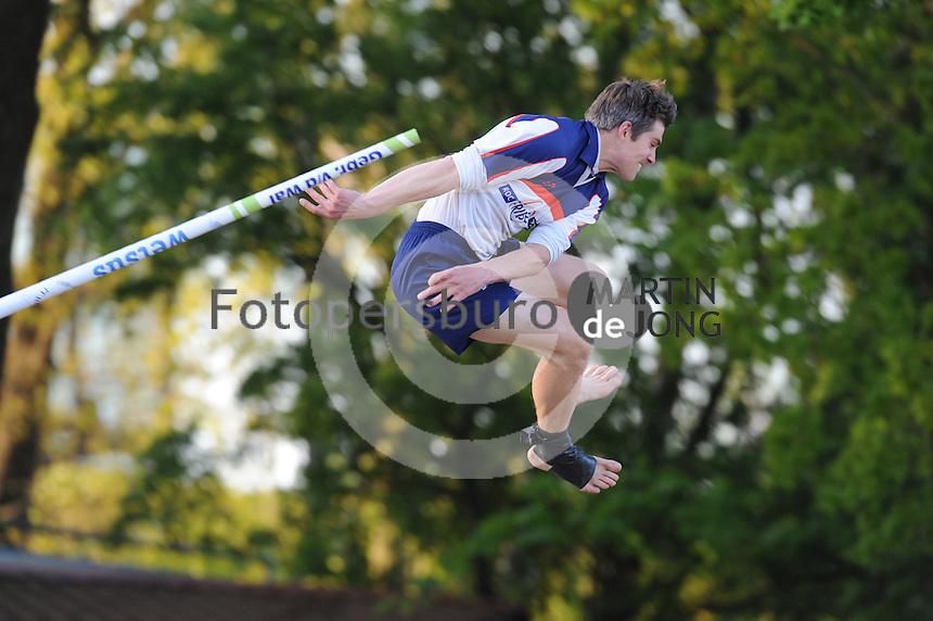 FIERLJEPPEN: BURGUM: 16-05-2015, Oane Galama wint met 20.55m, ©foto Martin de Jong