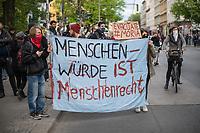"""Trotz Corona-Versammlungseinschraenkung gingen am 1. Mai 2020 in Berlin 3.000 Menschen in Berlin-Kreuzberg auf die Strasse. Sie protestierten u.a. fuer die Aufnahme von Gefluechteten aus den ueberfuellten griechischen Fluechtlingslagern und die Unterstuetzung von Automobilkonzernen wegen der Corona-Krise.<br /> Im Bild: Menschen tragen ein Transparent mit der Aufschrift """"Menschenwuerde ist Menschenrecht"""" und ein Schild """"Evacuate #Moria"""".<br /> 1.5.2020, Berlin<br /> Copyright: Christian-Ditsch.de<br /> [NUR FUER REDAKTIONELLE ZWECKE! Werbung nur auf Anfrage beim Fotografen. Inhaltsveraendernde Manipulation des Fotos nur nach ausdruecklicher Genehmigung des Fotografen. Vereinbarungen ueber Abtretung von Persoenlichkeitsrechten/Model Release der abgebildeten Person/Personen liegen nicht vor. NO MODEL RELEASE! Don't publish without copyright Christian-Ditsch.de, Veroeffentlichung nur mit Fotografennennung, sowie gegen Honorar, MwSt. und Beleg. Konto: I N G - D i B a, IBAN DE58500105175400192269, BIC INGDDEFFXXX, Kontakt: post@christian-ditsch.de<br /> Bei der Bearbeitung der Dateiinformationen darf die Urheberkennzeichnung in den EXIF- und  IPTC-Daten nicht entfernt werden, diese sind in digitalen Medien nach §95c UrhG rechtlich geschuetzt. Der Urhebervermerk wird gemaess §13 UrhG verlangt.]"""
