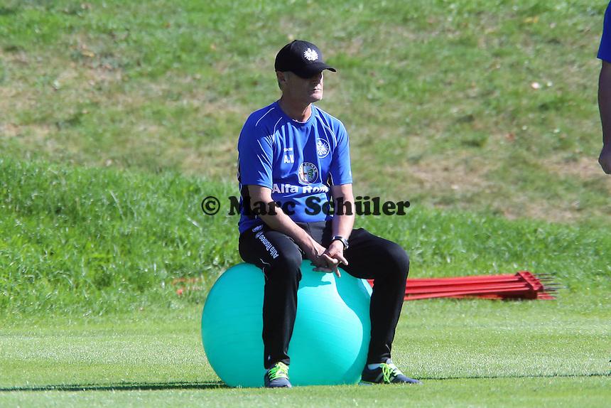 Trainer Armin Veh (Eintracht) sitzt auf dem Gymnastikball