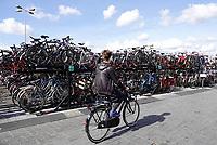 Nederland Amsterdam - 2018. Fietsenstalling bij het IJ, achter Centraal Station. Foto Berlinda van Dam / Hollandse Hoogte