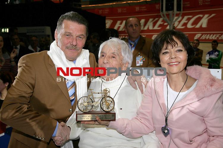 42. Bremer Sechs Tage Rennen - <br /> Johannes Heesters und Frau Simone Rethel in der VIP Lounge der Sixdays mit einem leuchtenen Herz um den Hals, verlassen ihren Platz und nehmen Abschied. Zum Abschied erhalten sie von Frank MInder das goldene Fahhrad ueberreicht<br /> <br /> <br /> <br /> Foto &copy; nordphoto <br /> <br />  *** Local Caption *** Foto ist honorarpflichtig! zzgl. gesetzl. MwSt.<br /> Belegexemplar erforderlich