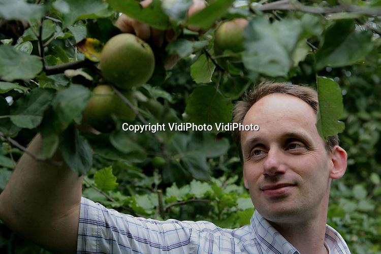 Foto: VidiPhoto..ZETTEN - Dr. ir. F. J. H. M. (Frans) Verhees, Marktkunde en Consumentengedrag van de WUR in Wageningen.