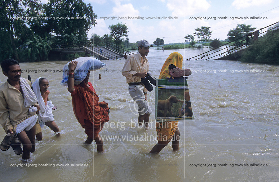 INDIA Bihar, Monsoon flood and submergence at Bagmati river a branch of Ganga River / INDIEN Bihar, Ueberschwemmung am Bagmati Fluss im Monsun