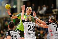 Beate Scheffknecht (FAG) am Ball, vorne Josephine Techert, rechts Stefanie Melbeck (beide BSV)
