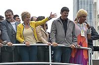 SAO PAULO, 02 DE JUNHO DE 2013 - MOVIMENTACAO PARADA LGBT - O Prefeito de São Paulo, fernando Haddad, acompanhado da esposa, Ana Estela Haddad, da Ministra da Cultura Marta Suplicy e do deputado Jean Wyllys participa da Parada LGBT, na tarde deste domingo, 02, na Avenida Paulista, região central da capital.  (FOTO: ALEXANDRE MOREIRA / BRAZIL PHOTO PRESS)