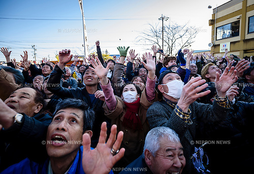 MARCH 15, 2016 - People try to catch rice cakes thrown from above during Honen-sai, a fertility festival at Tagata Shrine in Komaki, Aichi Prefecture, Japan. The traditional Shinto festival celebrates fertility and a bountiful harvest.(Photo by Ben Weller/AFLO) (JAPAN) [UHU]