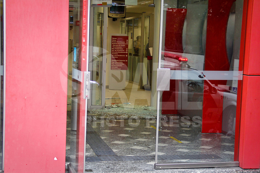 SÃO PAULO,SP,01 JULHO 2013 - TENTATIVA ROUBO BANCO - Um  segurança ficou ferido no ombro depois de uma tentativa de roubo na agencia do Banco Santander na Rua do Orfanato na Vila Prudente na manhã de hoje (07). O caso foi encaminhado para o 56º DP na Vila Alpina.FOTO ALE VIANNA/BRAZIL PHOTO PRESS.