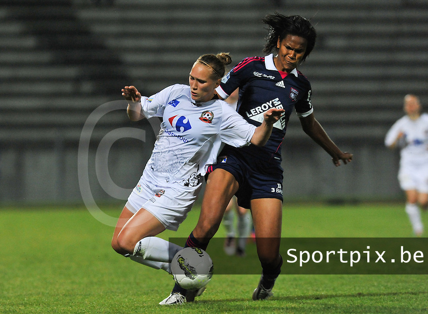 Football Club Feminin Juvisy Essonne - Olympique Lyon :.duel tussen Janice Cayman (links) en Wendie Renard.foto DAVID CATRY / JOKE VUYLSTEKE / Vrouwenteam.be