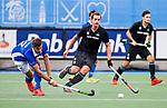 UTRECHT - Sander de Wijn (Kampong) met Olivier van Tongeren (HGC) tijdens de hoofdklasse  hockeywedstrijd heren, Kampong-HGC (3-3) . COPYRIGHT KOEN SUYK