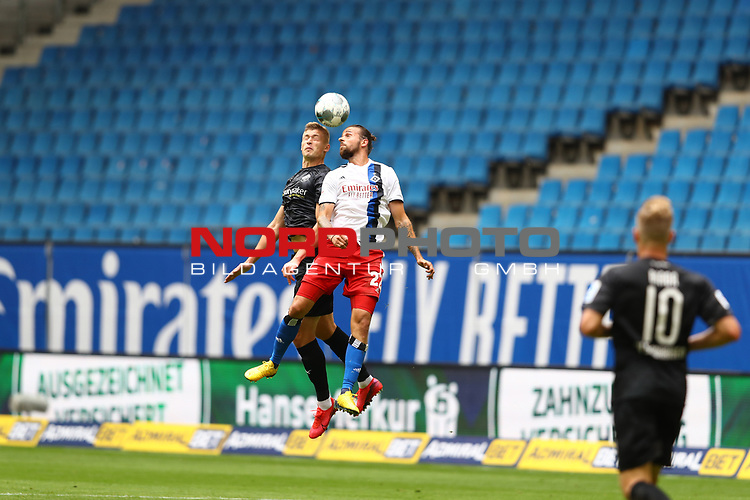 Hamburgs Martin Harnik und Sandhausens Aleksandr Zhirov beim Spiel Hamburger SV gegen den  SV Sandhausen in Hamburg / 280620<br />
