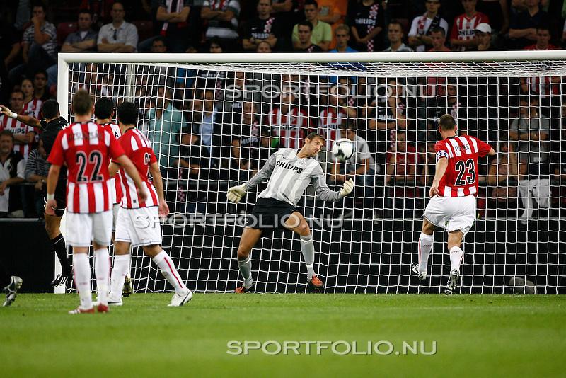 Nederland, Eindhoven, 27 augustus 2009 .PSV-FC Bnei-Yehuda Tel-Aviv (1-0) .Andreas Isaksson, doelman (keeper) van PSV verricht een miraculeuze redding in het doelgebied.