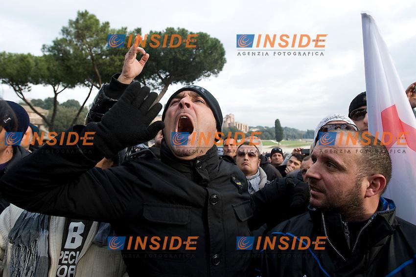Lo scontento dei tassisti presenti a Circo Massimo dopo l'incontro tra il Governo e le sigle sindacali.Roma 19/01/2012 Protesta dei tassisti contro le liberalizzazioni imposte dal Governo .Foto Insidefoto