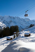 CHE, Schweiz, Kanton Bern, Berner Oberland, Muerren: Skipiste und Schilthornbahn vor Berner Alpen | CHE, Switzerland, Canton Bern, Bernese Oberland, Muerren: ski slope + Schilthorn cable car with Bernese Alps