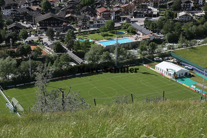 Bilck auf den Trainingsplatz und das Dorf St. Martin - Training der Deutschen Nationalmannschaft zur WM-Vorbereitung in St. Martin