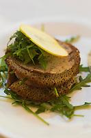 Europe/France/Bretagne/56/Morbihan/Vannes:  Restaurant: Terroirs : Mille-feuille de galette de sarrasin et andouille de chez  Thomas à Plumelec