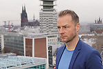 """15. 01.2019, Hotel im Wasserturm, Kaygasse 2, Koeln,  GER, Pressefototermin ZDF 25. Film Krimireihe Marie Brand, """"und das Spiel mit dem Glueck"""", <br /> <br /> im Bild / picture shows: <br /> Hinnerk Schönemann / Schoenemann Schauspieler und Assistent von Marie Brand, auf dem Dach des Hotels im Hintergrund der Dom<br /> <br /> Foto © nordphoto / Meuter"""