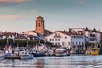 France, Pyrénées-Atlantiques (64), Pays-Basque, Saint-Jean-de-Luz,  le port de pêche et l'Église Saint-Jean-Baptiste// France, Pyrenees Atlantiques, Basque Country, Saint Jean de Luz: Fishing port and the Church of St. John the Baptist