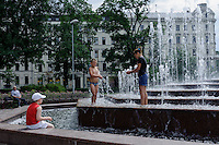 Brunnen am Kongresszentrum in Riga, Lettland, Europa, Unesco-Weltkulturerbe