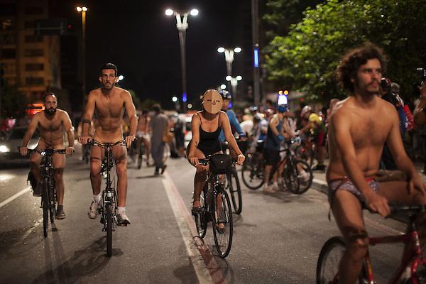 BRA55. SAO PAULO (BRASIL), 14/03/2015.- Decenas de personas participan en un recorrido en bicicleta hoy, sábado 14 de marzo de 2015, en Sao Paulo (Brasil). Un centenar de brasileños pasearon hoy en bicicleta por el centro de Sao Paulo desnudos o en paños menores para incentivar el uso de este medio de transporte y demandar una mejor seguridad vial hacia los ciclistas. Esta protesta al desnudo es parte de una campaña mundial para que se respete su derecho a transitar por las calles de forma segura y que celebró su octava edición en Sao Paulo. EFE/SEBASTIÃO MOREIRA