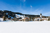 Deutschland, Bayern, Oberallgaeu, Ofterschwang mit der katholischen Pfarrkirche St. Alexander im Winter | Germany, Bavaria, Upper Allgaeu, Ofterschwang with parish church St. Alexander