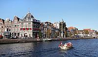 Nederland  Haarlem  2019.  Senior in een bootje op het Spaarne. Links Taverne de Waag. Rond 1597 is De Waag onder leiding van de Haarlemse stadsarchitect Lieven de Key gebouwd als gemeentelijk handels- en accijnskantoor. Op de begane grond in de Waag werden in de waaghal goederen gewogen. Afhankelijke van het gewicht werd er belasting over geheven. Tegewoordig is er een restaurant gevestigd.  Berlinda van Dam / Hollandse Hoogte
