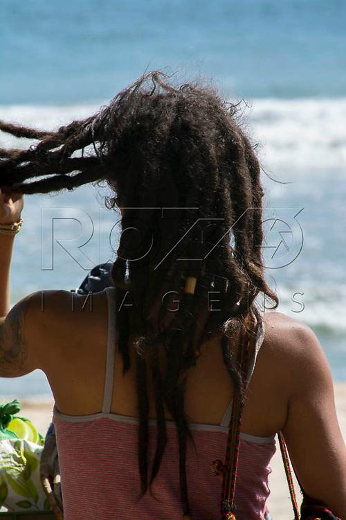 Mulher com cabelo rastafari na Praia do Sono, Paraty - RJ, 01/2016.