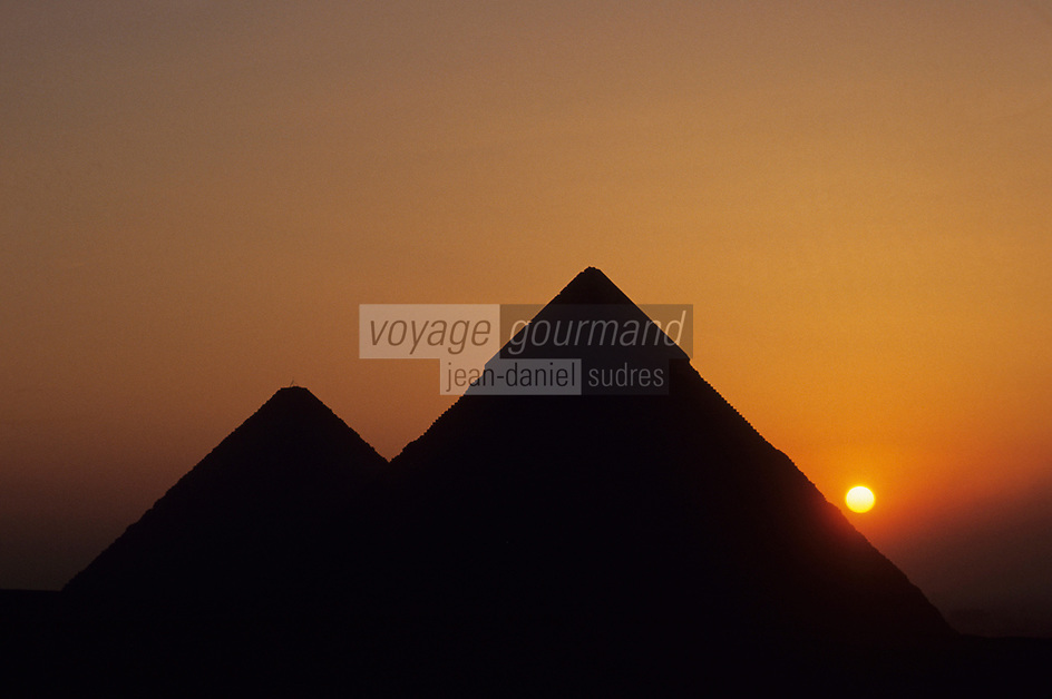 Afrique/Egypte/Env du Caire/Plateau de Giza: Soleil levant sur les pyramides de Giza: Khéops (ou Chéops), Khéphren (ou Chéphren) et Mikérinos