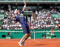 28-05-10, Tennis, France, Paris, Roland Garros, Thiemo de Bakker  tegen op de achtergrond Jo-Wilfriet Tsonga