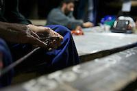 Bergarbeiterstreik in Spanien.<br />In dem Dorf Santa Cruz del Sil der Provinz Leon haben 8 Bergarbeiter am 21. Mai 2012  beschlossen, sich so lange in der Mine einzuschliessen, bis alle Mineros ihren vollen Lohn von der Firmenleitung erhalten. Die Firmenleitung hatte ihnen im Mai 2012 nur die Haelfte des Lohns ausgezahlt. Seit dem wird die Mine bestreikt.<br />Im Bild: Die eingeschlossenen Mineros in ihrem Aufenthaltsraum, 3.000 Meter weit im Berg. Ein Minero uebt zum Zeitvertreib verschiedene Knoten.<br />3.7.2012, Santa Cruz del Sil/Asturien/Spanien<br />Copyright: Christian-Ditsch.de<br />[Inhaltsveraendernde Manipulation des Fotos nur nach ausdruecklicher Genehmigung des Fotografen. Vereinbarungen ueber Abtretung von Persoenlichkeitsrechten/Model Release der abgebildeten Person/Personen liegen nicht vor. NO MODEL RELEASE! Don't publish without copyright Christian-Ditsch.de, Veroeffentlichung nur mit Fotografennennung, sowie gegen Honorar, MwSt. und Beleg. Konto:, I N G - D i B a, IBAN DE58500105175400192269, BIC INGDDEFFXXX, Kontakt: post@christian-ditsch.de.<br />Urhebervermerk wird gemaess Paragraph 13 UHG verlangt.]