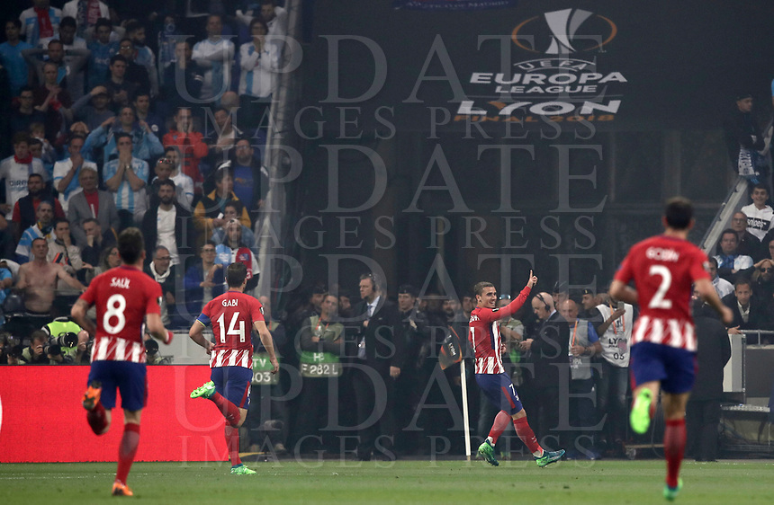 Club Atletico de Madrid's Antoine Griezmann celebrates with his teammates after scoring his first goal during the UEFA Europa League final football match between Olympique de Marseille and Club Atletico de Madrid at the Groupama Stadium in Decines-Charpieu, near Lyon, France, May 16, 2018.<br /> UPDATE IMAGES PRESS/Isabella Bonotto