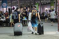 """SÃO PAULO, SP. 07.02.2015 -  CAMPUS PARTY - """"Campuseiros""""se preparam para ir embora da oitava edição da Campus Party na noite desta sábado, (7). (Foto: Renato Mendes / Brazil Photo Press)"""