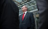 Berlin, der Oberbürgermeister von München, Christian Ude (SPD), telefoniert am Donnerstag (02.05.13) in der Landesvertretung Nordrhein-Westfalen in Berlin bei einem Treffen der SPD-Ministerpräsidenten. Foto: Steffi Loos/CommonLens