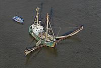Elbfischer: EUROPA, DEUTSCHLAND, HAMBURG, NIEDERSACHSEN, SCHLESWIG HOLSTEIN(EUROPE, GERMANY), 20.10.2007:Elbfischer bei Hamburg, Niedersachsen, Schleswig-Holstein,  Kutter, Fisch, Netz, Boot, liegt vor Anker und faengt Fische, ansichten, at the Elbe river, auf fischfang, beruf, boat, boats, boot, boote, elbe, elbe river, elbfischer, elbgewaesser, fang, fangnetz, fangnetze, fische, fischen, fischer, fischerboot, fischernetz, fischernetze, fischfang, fish, fisher, fisherman, fishing boat, flew, flue, gewaesser, hafen, harbor, in der elbe, Kahn, landscape, netz, netze, orte, port, river, schiff, schiffahrt, schiffe, schifffahrt, schleswig holstein, ship, selten, letzter der Zunft, Ausgestorben, Umweltverschmutzung, rahr, Wasserverschmutzung, Lebensmittel, ships, Air, Luftbild, Aufwind-Luftbilder..c o p y r i g h t : A U F W I N D - L U F T B I L D E R . de.G e r t r u d - B a e u m e r - S t i e g 1 0 2, .2 1 0 3 5 H a m b u r g , G e r m a n y.P h o n e + 4 9 (0) 1 7 1 - 6 8 6 6 0 6 9 .E m a i l H w e i 1 @ a o l . c o m.w w w . a u f w i n d - l u f t b i l d e r . d e.K o n t o : P o s t b a n k H a m b u r g .B l z : 2 0 0 1 0 0 2 0 .K o n t o : 5 8 3 6 5 7 2 0 9.C o p y r i g h t n u r f u e r j o u r n a l i s t i s c h Z w e c k e, keine P e r s o e n l i c h ke i t s r e c h t e v o r h a n d e n, V e r o e f f e n t l i c h u n g  n u r  m i t  H o n o r a r  n a c h M F M, N a m e n s n e n n u n g  u n d B e l e g e x e m p l a r !.